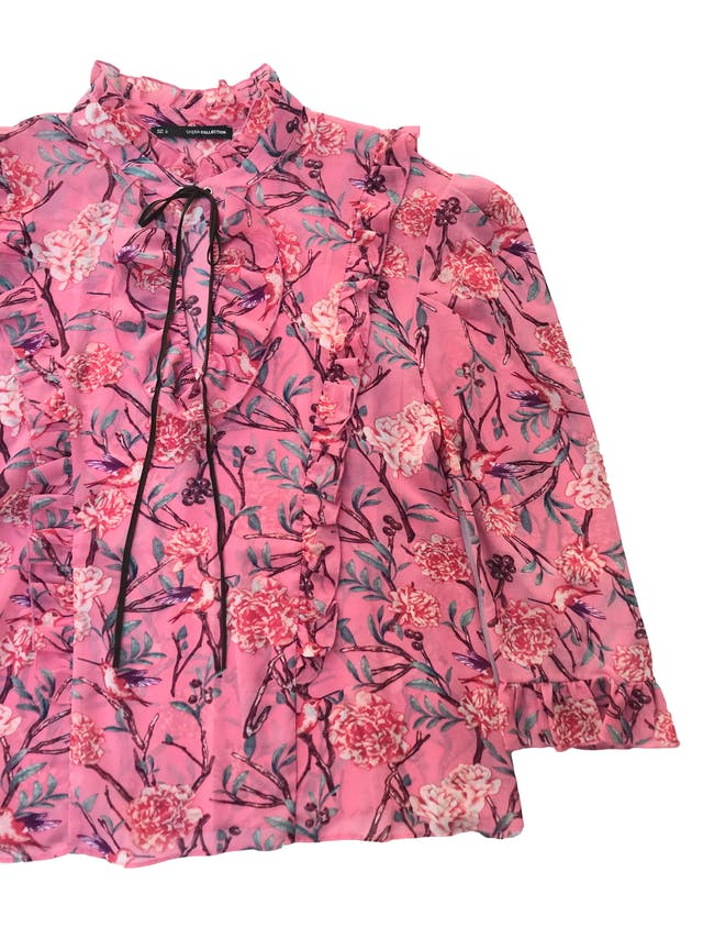 Blusa Sfera de gasa rosa con estampado de flores manga 3/4 con detalles de volantes. Busto 108cm Largo 58cm foto 2