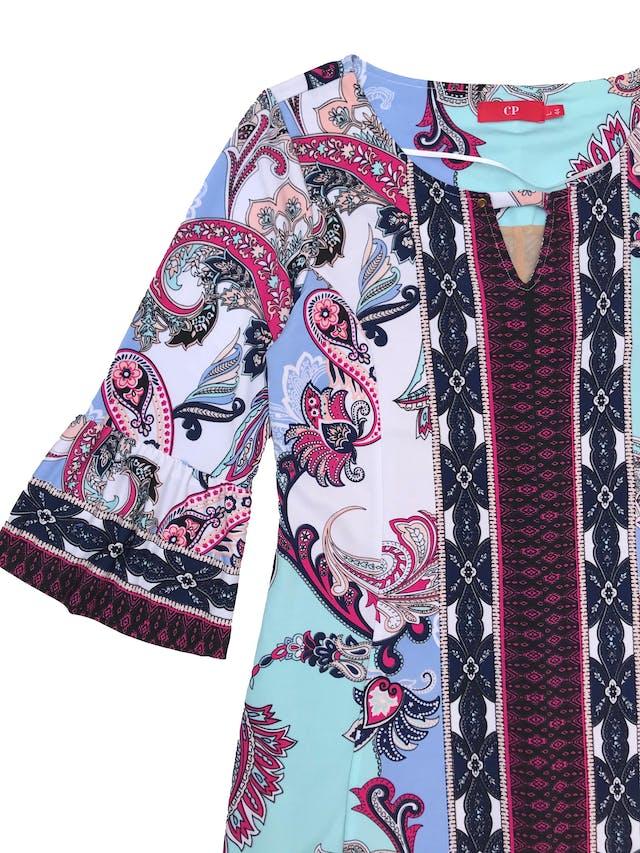 Vestido CP de tela stretch cone stampado paisley, forrado, detalle en el cuello y manga 3/4 con puño campana. Largo 95cm. Precio original S/249 foto 2