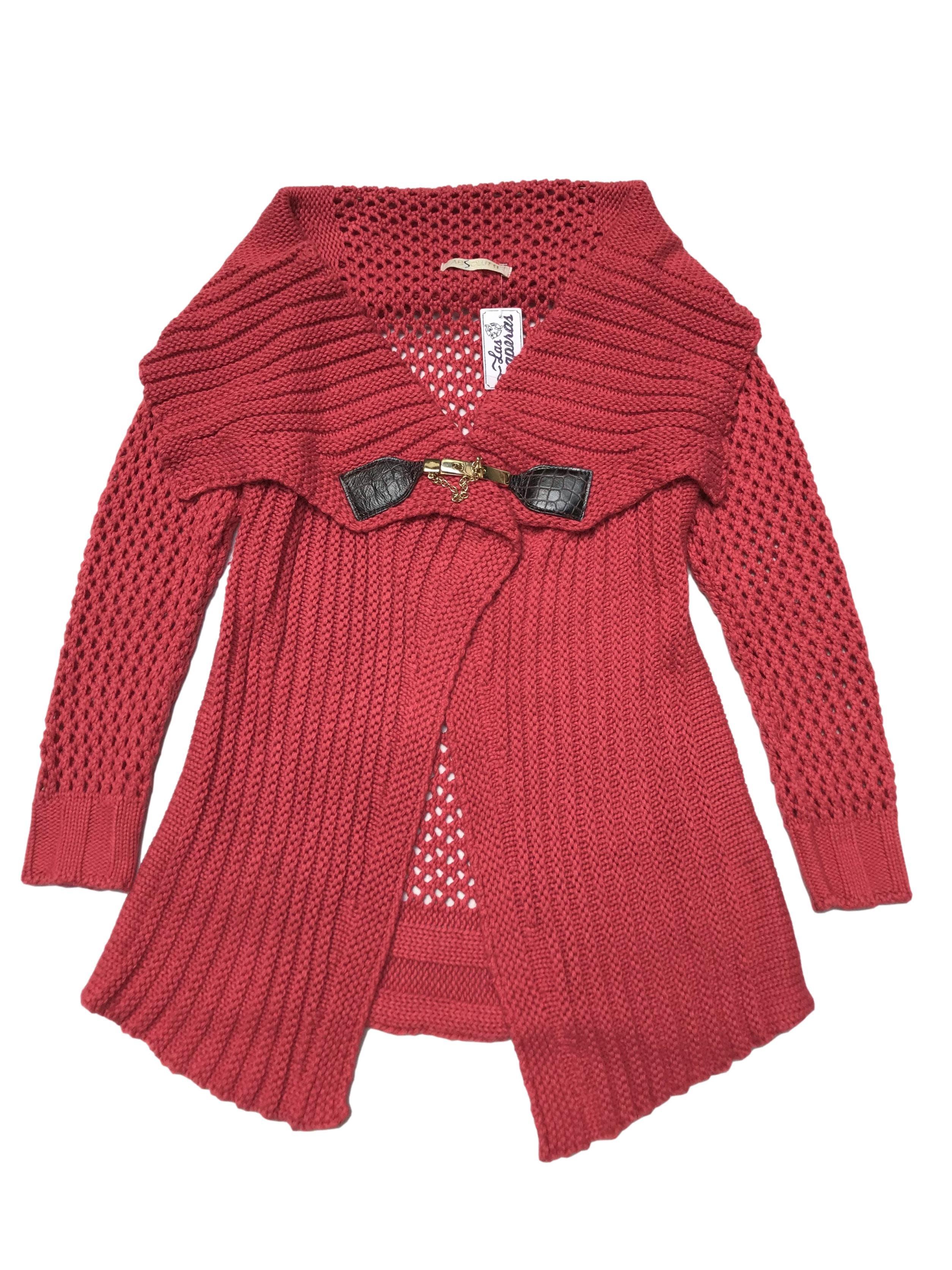 Cardigan asimétrico tejido en dos puntos, cuello vueto y broche dorado al centro. Largo: 80 cm