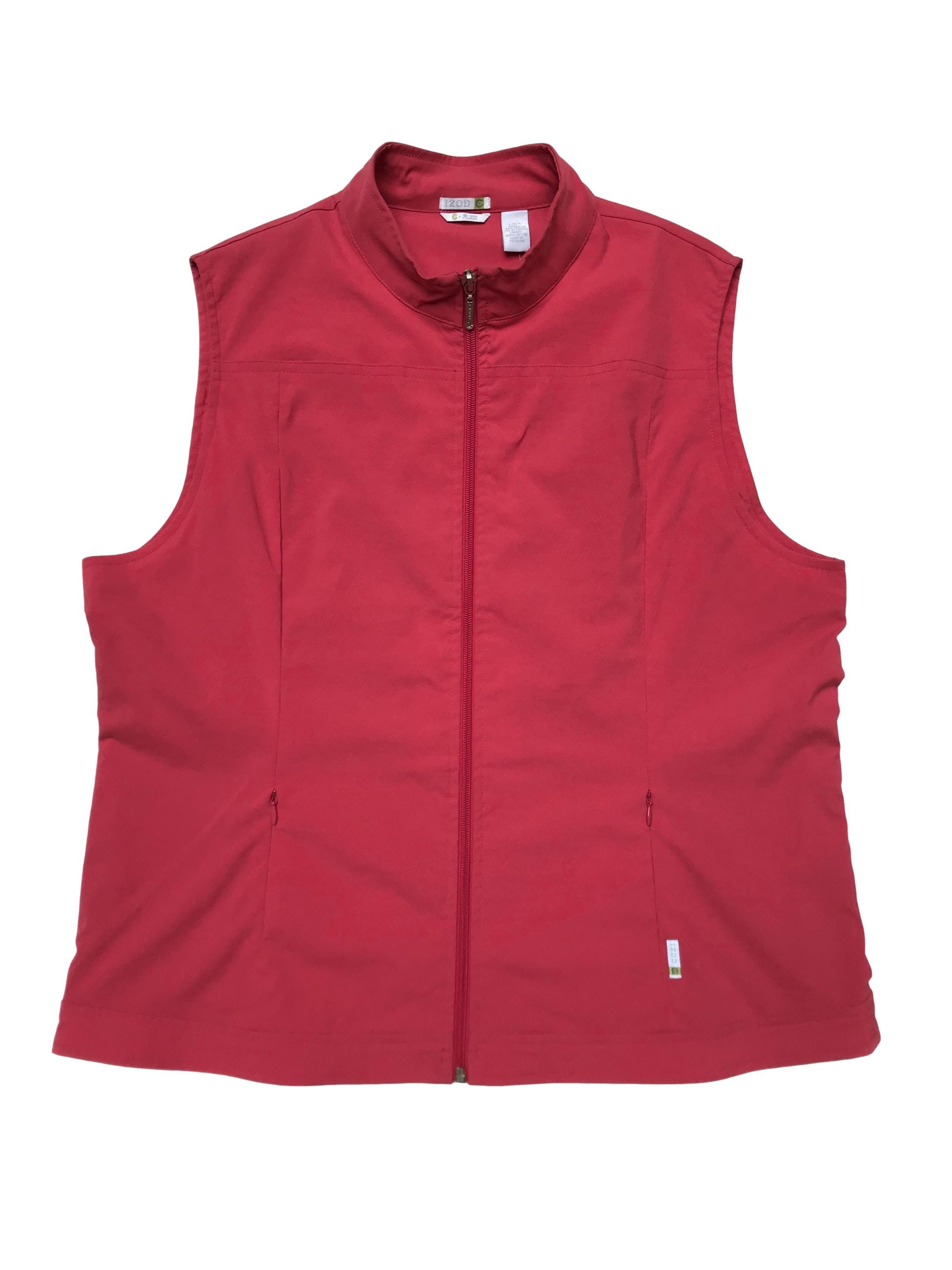Chaleco Izod rojo palido, tela tipo taslán con forro, lleva cierre delantero, bolsillos laterales con cierres. Busto: 110 Largo 60 cm. Precio original S/ 210