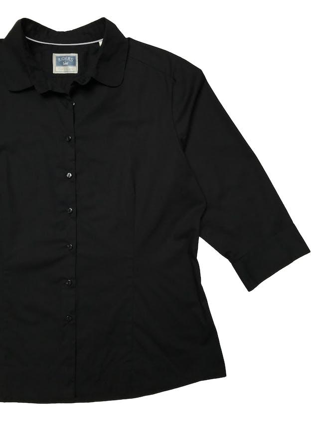 Blusa Lee con cuello redondeado, negra  de algodón camisa, mangas 3/4 con botones, tiene pinzas. Busto 120 Cintura 100cm Largo 62cm. Precio original S/ 140 foto 2