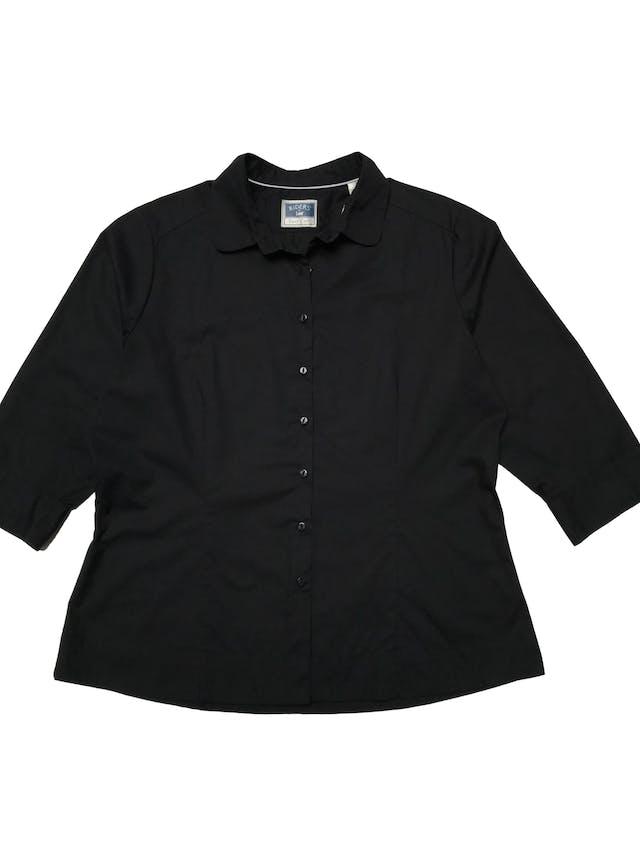 Blusa Lee con cuello redondeado, negra  de algodón camisa, mangas 3/4 con botones, tiene pinzas. Busto 120 Cintura 100cm Largo 62cm. Precio original S/ 140 foto 1