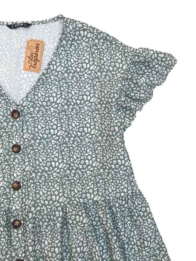 Blusa Shein color verde agua con print blanco, escote en V, botones delanteros y volante en la basta y en mangas. Busto: 110 cm.  foto 2