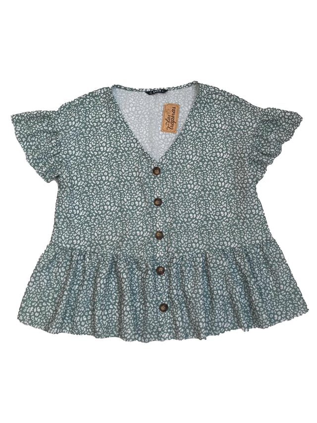 Blusa Shein color verde agua con print blanco, escote en V, botones delanteros y volante en la basta y en mangas. Busto: 110 cm.  foto 1