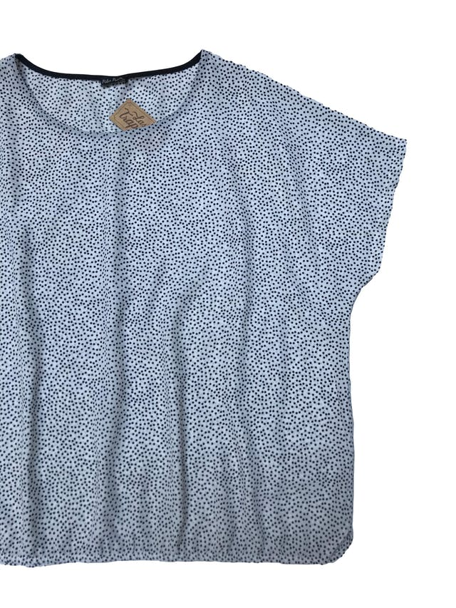 Blusa oversize de tela plana blanca con lunares negros foto 2