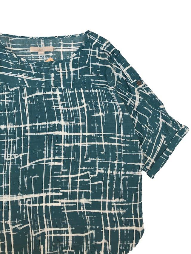 Blusa Loft oversize de rayón con estampado de líneas, mangas con detalles en los hombros y dobladillo. foto 2