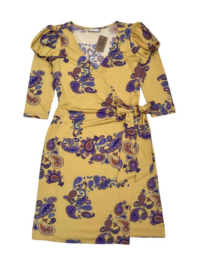 Vestido Michelle Belau envolvente de tela stretch, color mostaza con estampado paisley, manga 3/4 con hombros bombachos. Largo 95 cm. Precio original S/ 250 foto 1