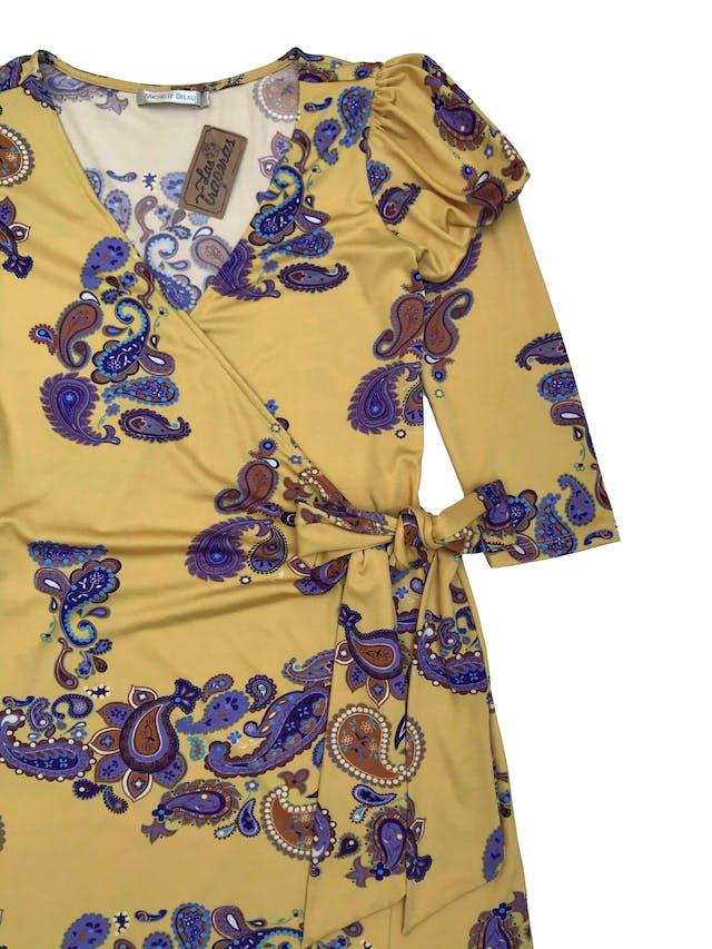Vestido Michelle Belau envolvente de tela stretch, color mostaza con estampado paisley, manga 3/4 con hombros bombachos. Largo 95 cm. Precio original S/ 250 foto 2