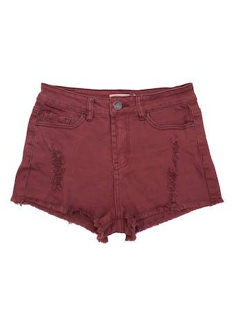 Short denim Barbados burgundy efecto lavado, detalles rasgados y desflecado en la basta. Pretina: 72 cm, largo: 27 cm. foto 1