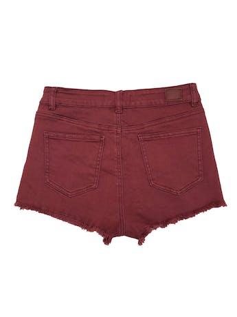 Short denim Barbados burgundy efecto lavado, detalles rasgados y desflecado en la basta. Pretina: 72 cm, largo: 27 cm. foto 2