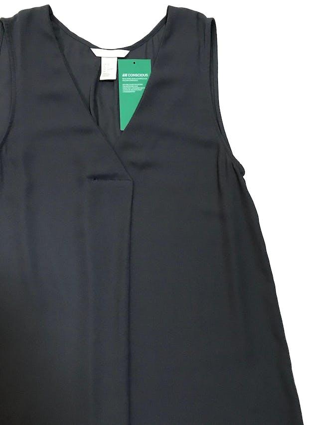 Blusa larga H&M de gasa gris, escote en V con pliegue. Nueva con etiqueta. Busto 84 cm Largo 70 - 78cm foto 2