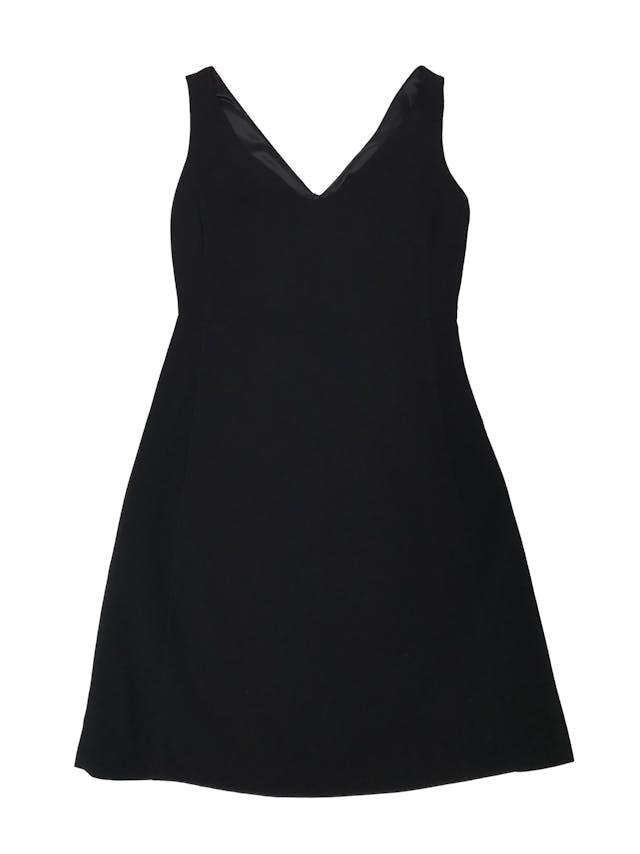 Vestido Adolfo Dominguez negro texturado. Escote en V en cuello y espalda, forro superior, con cierre lateral y bolsillo delantero en la falda. Busto 90cm Cintura 74cm Largo 90 cm. Precio original S/ 900 foto 1