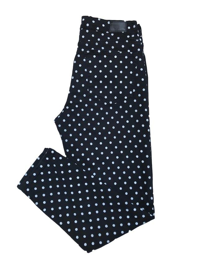 Pantalón Opposite a la cintura, corte mom jean negro con estampado de lunares blancos. Cintura 76 cm foto 2