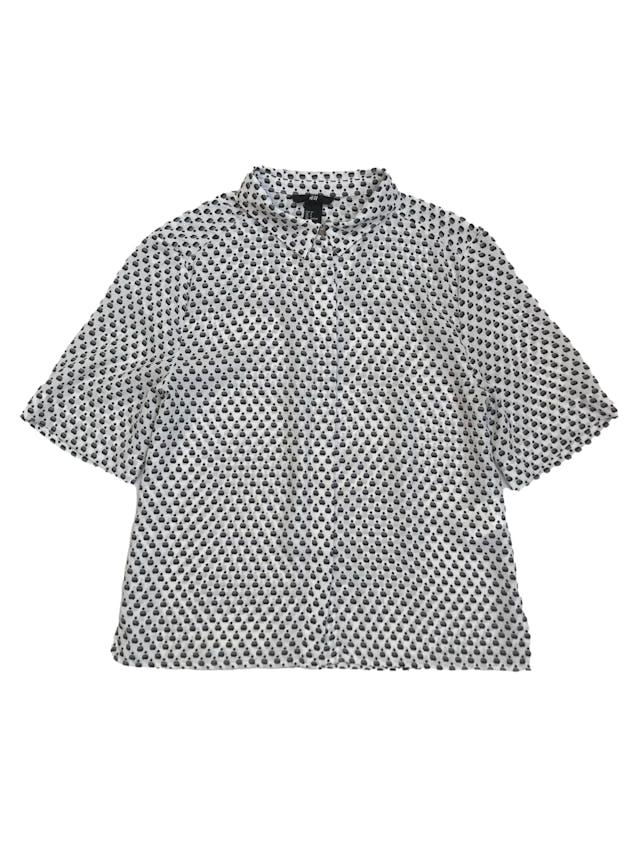 Blusa H&M tipo gasa blanca con print negro, corte oversize, camisera con canesú en la espalda. Largo 53cm foto 1