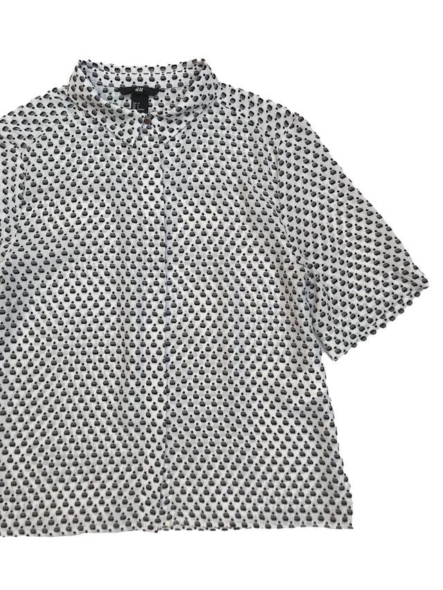 Blusa H&M tipo gasa blanca con print negro, corte oversize, camisera con canesú en la espalda. Largo 53cm foto 2