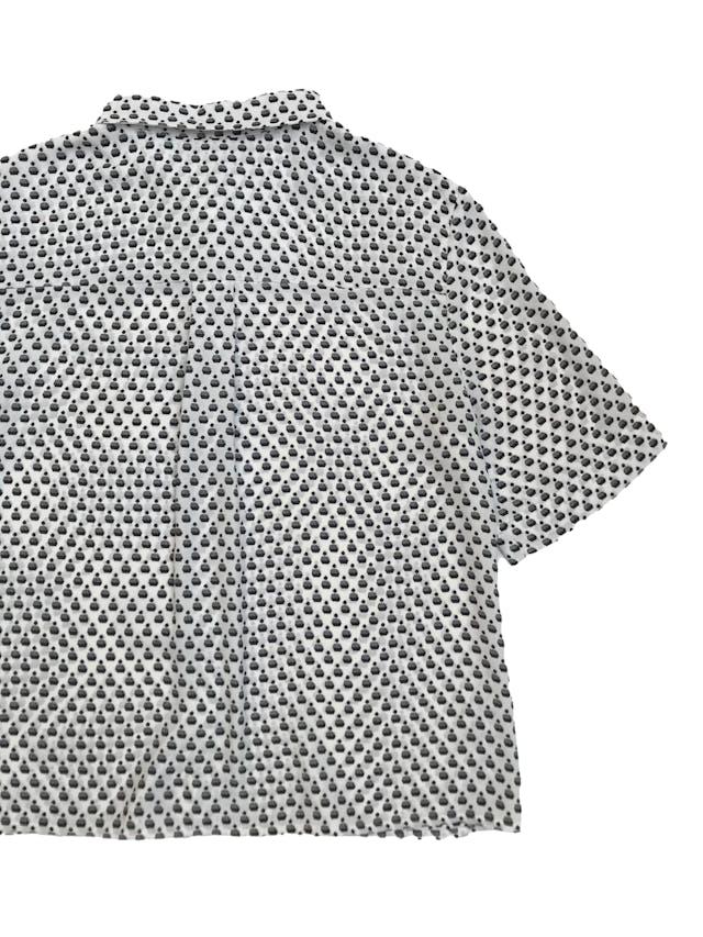 Blusa H&M tipo gasa blanca con print negro, corte oversize, camisera con canesú en la espalda. Largo 53cm foto 3