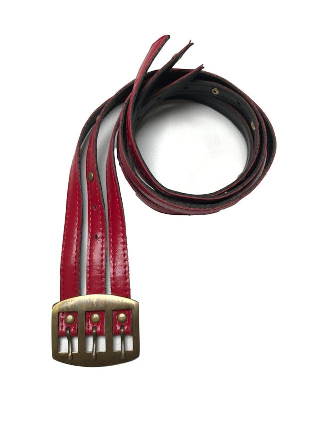 Correa vintage de tres tiras rojas con tachas y hebilla metálica en tono oro viejo. Rescatada de los 80s ¡Levanta cualquier look! Ancho 6cm  foto 2