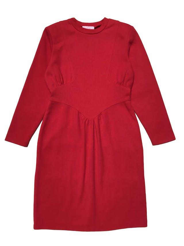 Vestido vintage rojo de tela de punto, lleva hombreras, pliegues en la cintura, cierre en la espalda y abertura posterior en la falda. ¡Arma lindo y no existe otro igual! Busto 98 cm Largo 90cm foto 2