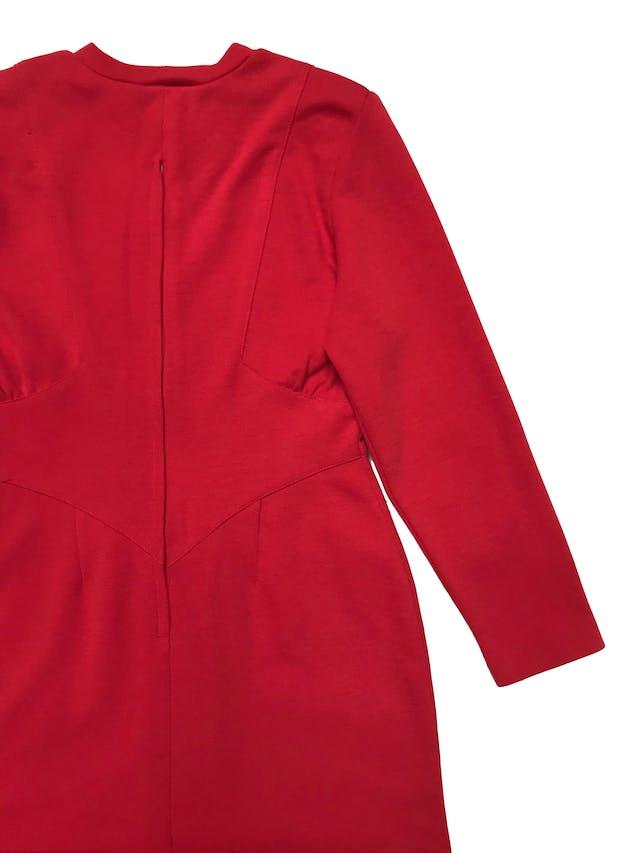 Vestido vintage rojo de tela de punto, lleva hombreras, pliegues en la cintura, cierre en la espalda y abertura posterior en la falda. ¡Arma lindo y no existe otro igual! Busto 98 cm Largo 90cm foto 3