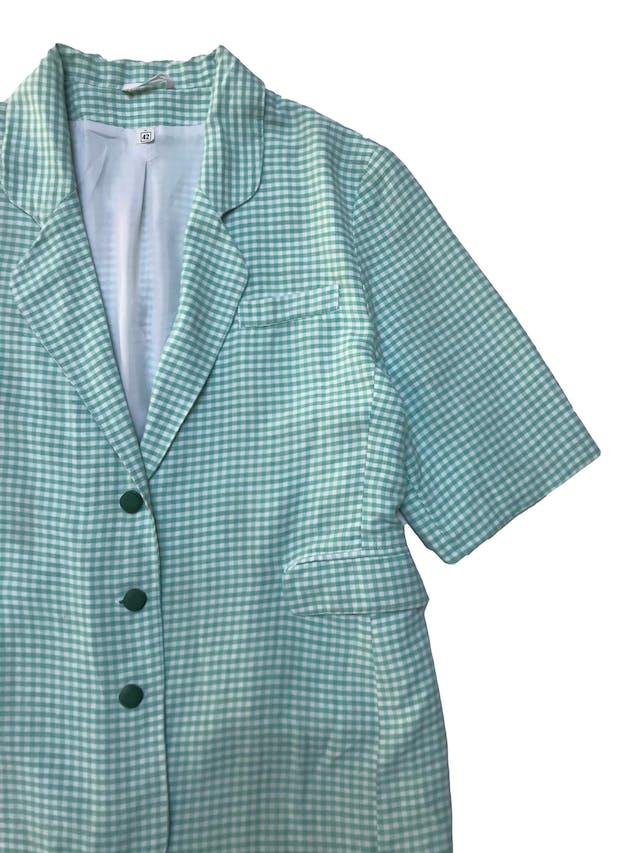 Blazer vintage a cuadros blancos y verdes de viscosa y lino con linda caída, botones lindos, largo de manga hasta el codo, forrado, con bolsillos delanteros. Largo 70cm ¡Inspírate para armar un super look! foto 2