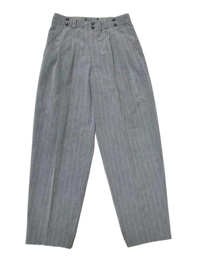Pantalón vintage con pinzas, tipo sastre plomo con líneas al tono, cintura alta con detalle botones, tiene bolsillos laterales y uno trasero. Cintura 78 cm foto 1