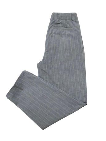 Pantalón vintage con pinzas, tipo sastre plomo con líneas al tono, cintura alta con detalle botones, tiene bolsillos laterales y uno trasero. Cintura 78 cm foto 2