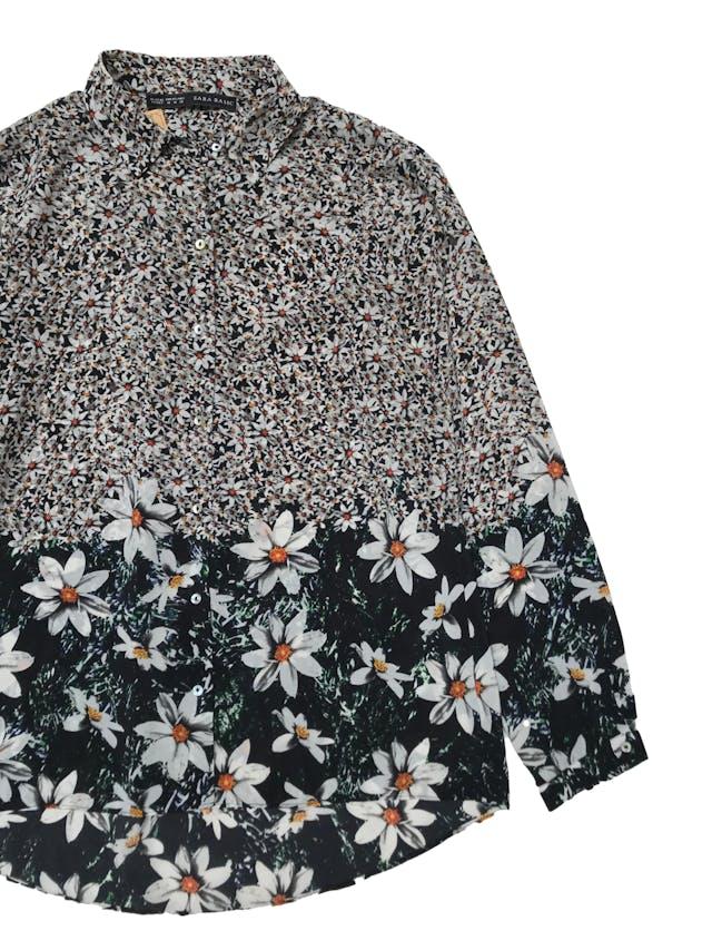 Blusa Zara de tela plana fluida con estampado de margaritas, botones delanteros, basta asimétrica, es suelta. Busto 105 cm Largo 60 - 70cm. Precio original S/ 139 foto 2