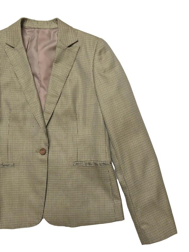 Blazer vintage beige con patrón de pata de gallo, es forrado, tiene bolsillos delanteros y un botón. Busto 100cm Largo 60cm foto 2