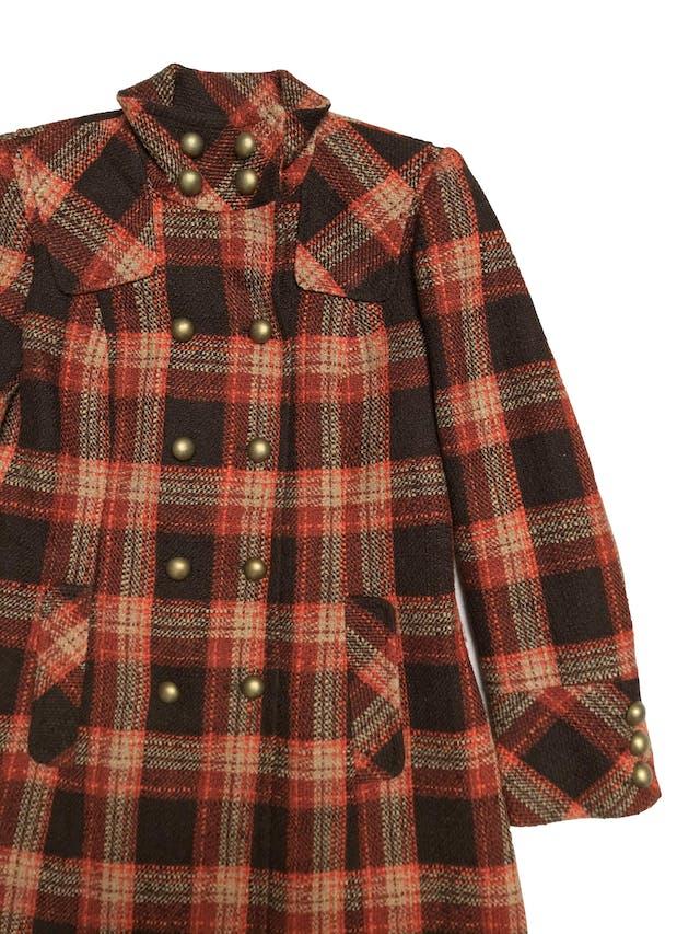 Abrigo largo Michele Belau tipo tweed en tonos marrones y anaranjados, doble fila de botones metálicos, lleva forro y bolsillos laterales. Busto 102cm Largo 95cm. Precio original S/ 450 foto 2