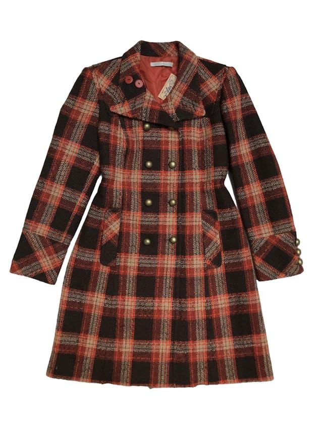 Abrigo largo Michele Belau tipo tweed en tonos marrones y anaranjados, doble fila de botones metálicos, lleva forro y bolsillos laterales. Busto 102cm Largo 95cm. Precio original S/ 450 foto 1