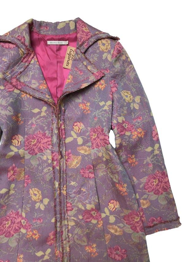Abrigo Michelle Belau de tela gobelino lila con flores, ribetes desflecados, forrado, con botones internos y bolsillos laterales. Busto 102cm Largo 80 cm. Precio original S/ 400 foto 2