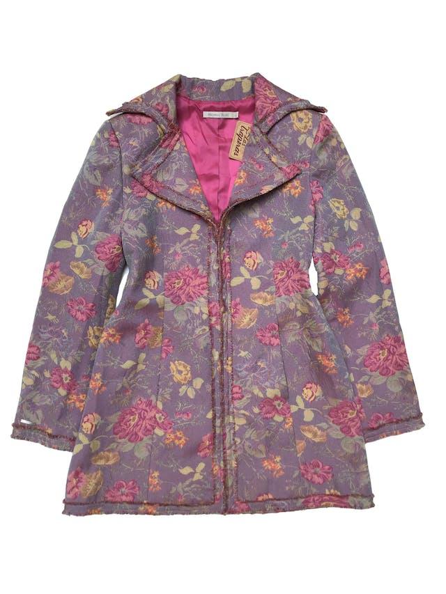 Abrigo Michelle Belau de tela gobelino lila con flores, ribetes desflecados, forrado, con botones internos y bolsillos laterales. Busto 102cm Largo 80 cm. Precio original S/ 400 foto 1