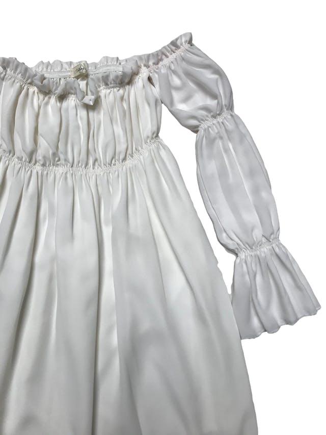 Vestido off shoulder de gasa crema, forrado, elástico en el pecho y mangas. Largo desde sisa 70cm foto 2