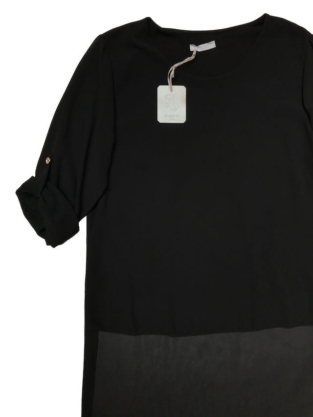 Blusa asimétrica de gasa negra, lleva forro y tiene mangas de largo regulable con botón. Nueva con etiqueta. Busto 100cm Largo 59 - 110cm foto 2