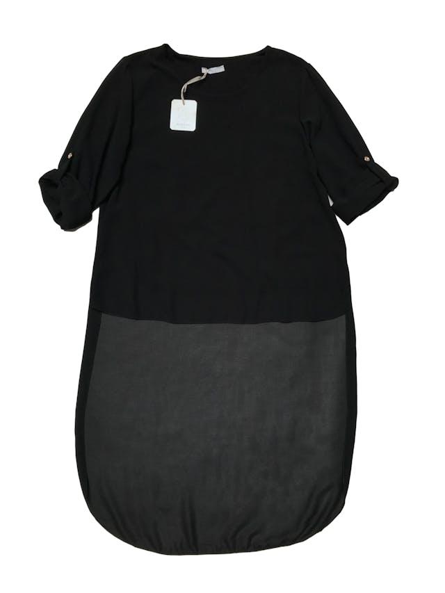 Blusa asimétrica de gasa negra, lleva forro y tiene mangas de largo regulable con botón. Nueva con etiqueta. Busto 100cm Largo 59 - 110cm foto 1