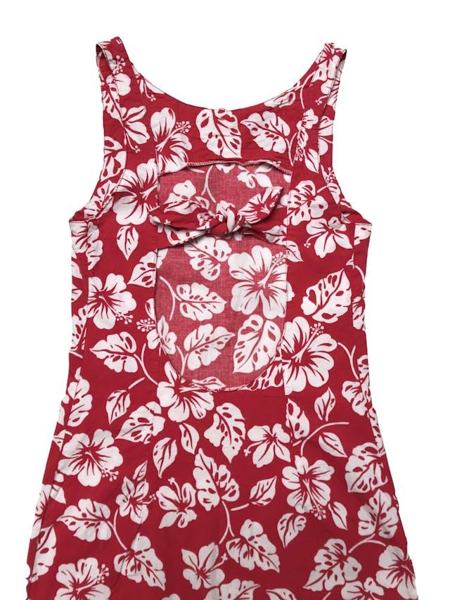 Vestido rojo ligeramente stretch con print tropical blanco, escote en la espalda con lazo, tela tipo algodón camisa con spandex. Largo 88cm foto 2