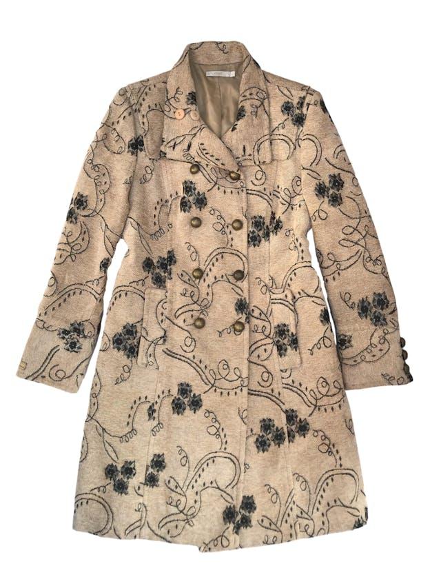 Abrigo largo Femme en tono beige con detalles brocados en verde y dorado, lleva forro, doble fila de botones metálicos y bolsillos laterales ¡HERMOSO! Busto 110cm Largo 95cm. Precio original S/ 450 foto 1
