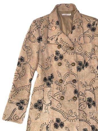 Abrigo largo Femme en tono beige con detalles brocados en verde y dorado, lleva forro, doble fila de botones metálicos y bolsillos laterales ¡HERMOSO! Busto 110cm Largo 95cm. Precio original S/ 590 foto 2