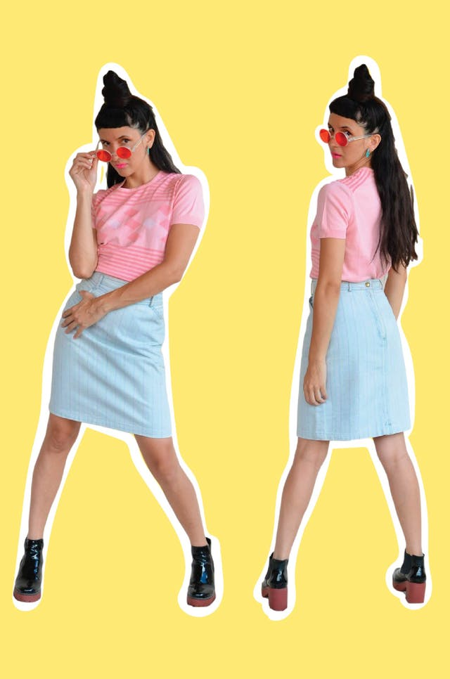 Falda denim vintage de los 90s con líneas de colores, tiene bolsillos laterales, cierre y botón posterior. Cintura 66cm Largo 55cm foto 1