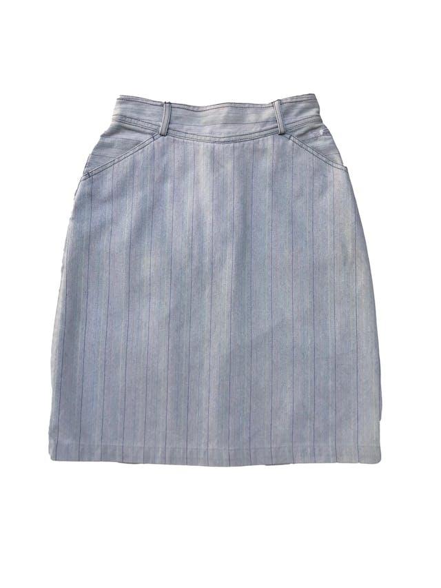Falda denim vintage de los 90s con líneas de colores, tiene bolsillos laterales, cierre y botón posterior. Cintura 66cm Largo 55cm foto 2