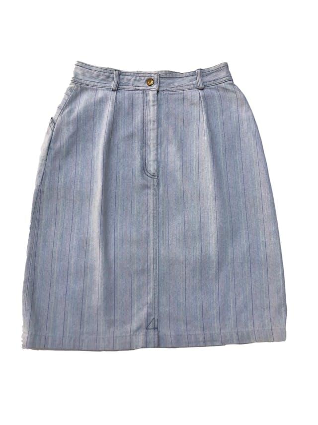 Falda denim vintage de los 90s con líneas de colores, tiene bolsillos laterales, cierre y botón posterior. Cintura 66cm Largo 55cm foto 3
