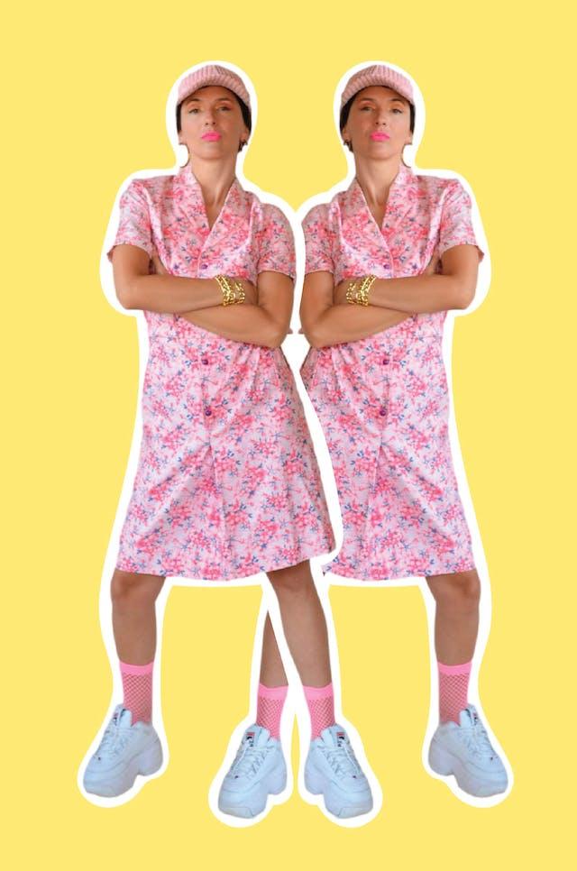 Vestido vintage 100% algodón rosa con print de flores fucsia y azul, fila de botones adelante y lleva cinto para amarrar, super fresco. Largo 95cm foto 1