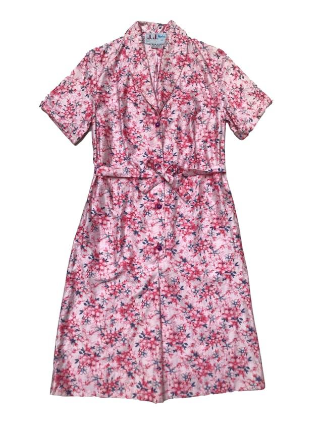 Vestido vintage 100% algodón rosa con print de flores fucsia y azul, fila de botones adelante y lleva cinto para amarrar, super fresco. Largo 95cm foto 2