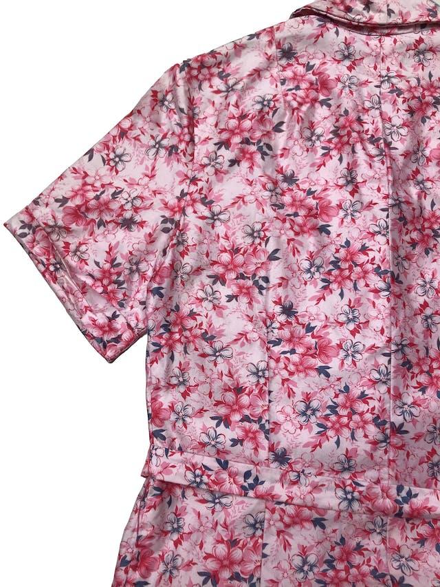 Vestido vintage 100% algodón rosa con print de flores fucsia y azul, fila de botones adelante y lleva cinto para amarrar, super fresco. Largo 95cm foto 3