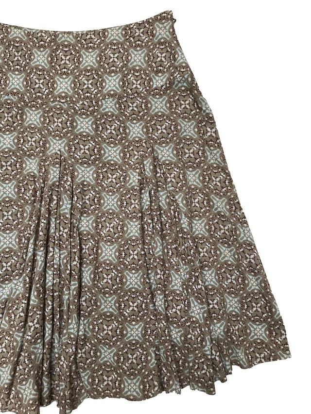 Falda midi A.n.a 100% algodón verde olivo con estampado barroco, pretina ancha, cierre lateral, godets desde la cadera y lleva forro. Cintrura 94cm Largo 75 foto 2