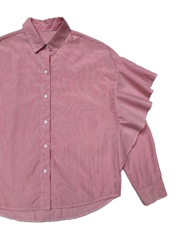 Blusa a rayas blanca y rojas, con volantes en las mangas.  foto 2