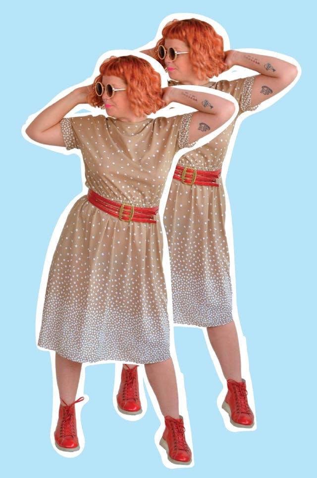 Vestido vintage color arena con estampado de figuras geométricas, dobladillo en la manga, elástico en la cintura, cierre en la espalda y bolsillos laterales. Tiene 3 marquitas (no manchas) en la zona de la correa. Busto 110cm Largo 110cm foto 1