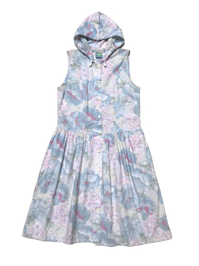 Vestido vintage ochentero con capucha 100% algodón con estampado de flores en tonos pasteles, fila de botones al centro y bolsillos laterales. Viene sin el último botón para que sea más cómodo al usar. Largo 92cm foto 2