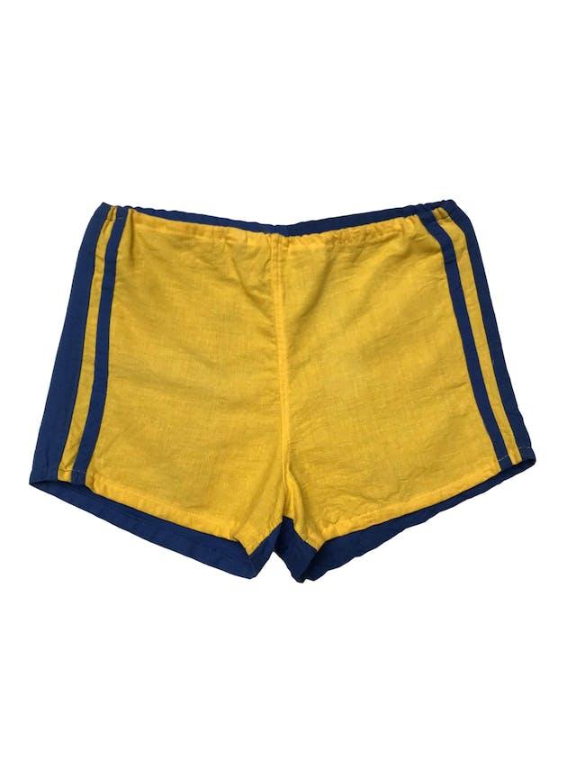 Este short fue rescatado de una tienda que cerró en los 70s, nuevo con etiqueta. De tela tipo lino amarillo adelante y azul atrás, pasador para regular la pretina, Conserva la etiqueta original. Pretina 72cm regulable. Largo 27cm foto 2