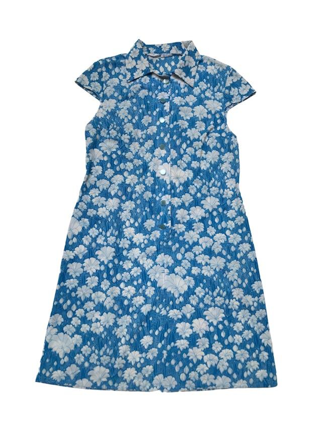 Vestido vintage remodelado, tela delgada azul con print de flores blancas. Tiene dos zurcidos invisibles en la espalda. Busto 106cm Largo 95cm foto 2